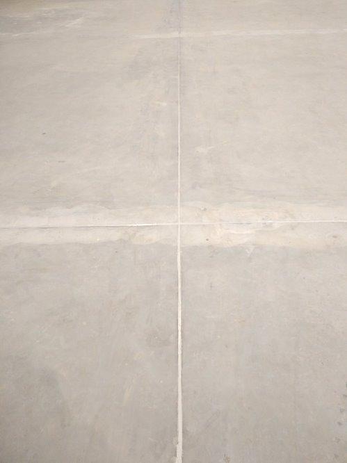 szczelina dylatacyjna posadzki betonowej po naprawie i wypełnieniu