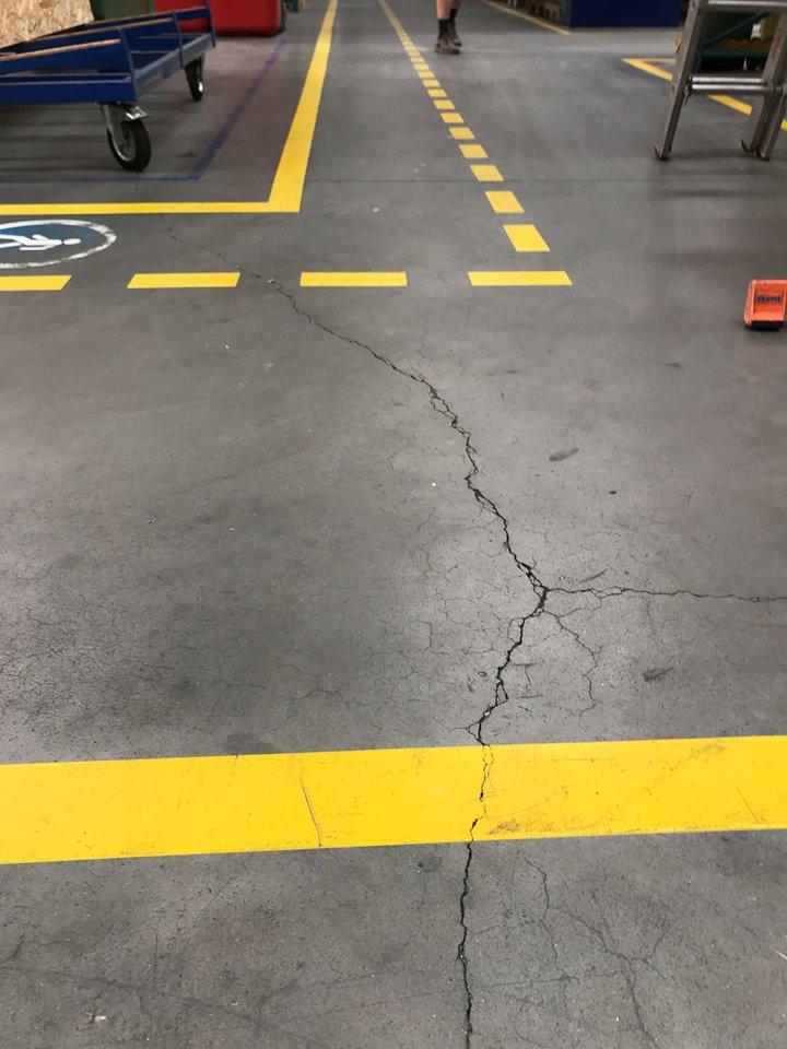 Rysy i pęknięcia płyt betonowych - naprawy pęknięć posadzki