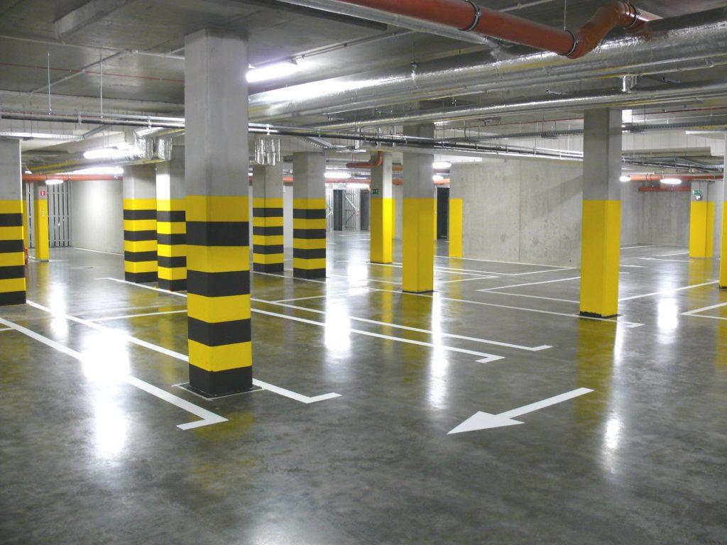 Oznaczenia poziome w garażu podziemnym - malowanie linii pasów