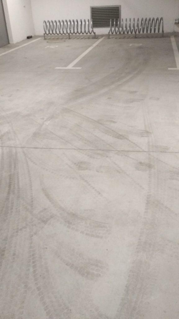 ślady opon na posadzce betonowej do mycia